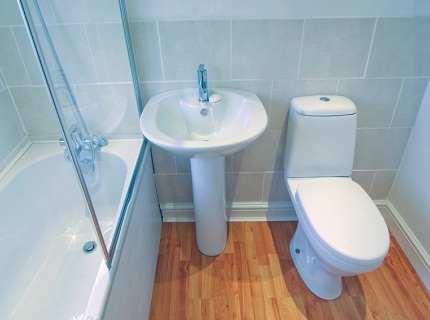 Как выбрать и прикрепить плинтус для ванны?