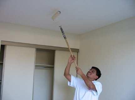 Как красить потолок валиком – советы дают профессионалы