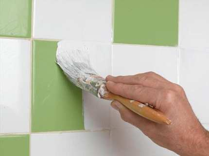 Как собственноручно наносится краска для плитки?