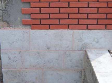 Цокольная плитка – эффектный пояс для дома