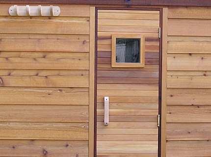 Деревянные двери для бани – как сочетать практичность и эстетичность?