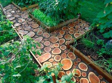 Делаем садовые дорожки из спилов дерева и дощатые тротуары