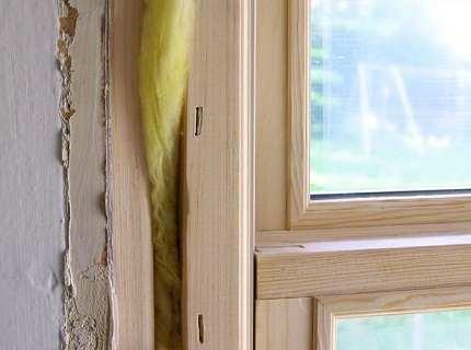 Как утеплить деревянные окна и удержать тепло в квартире?
