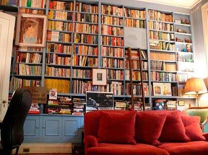 Стеллажи для гостиной под книги – удачное сочетание функциональности и декоративности