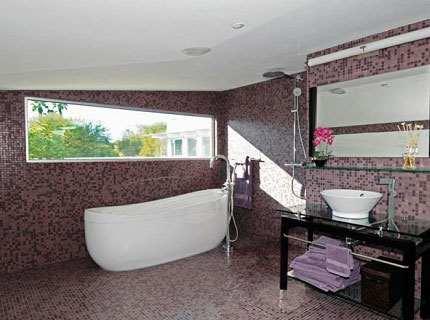 Чем привлекательна как облицовочная плитка мозаика для ванной?