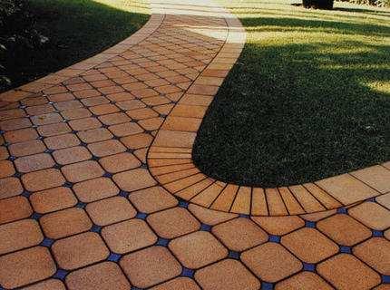 Укладка клинкерной плитки на садовых дорожках и площадках