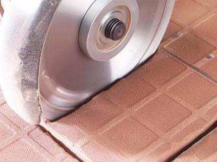 Как резать болгаркой керамическую плитку предельно эффективно?