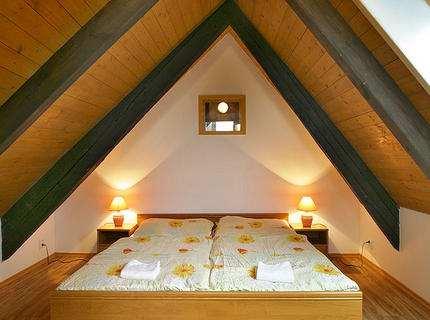 Спальня в мансарде – покой и сон под одеялом неба