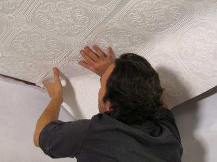 Как правильно клеить обои на потолок или как поменьше простоять с закинутой головой?